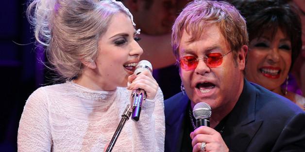 Lady Gaga zusammen mit Elton John auf der Bühne, 2010