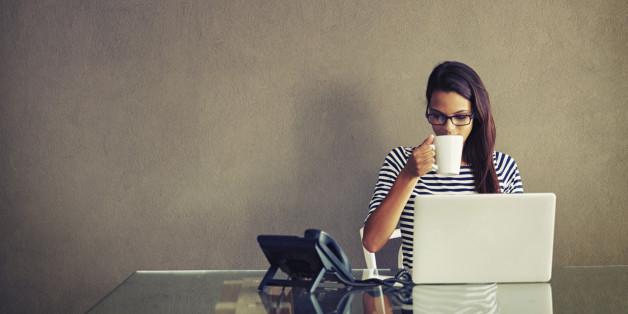 Auch beim Arbeiten am Computer sollte man auf eine gesunde Haltung achten.