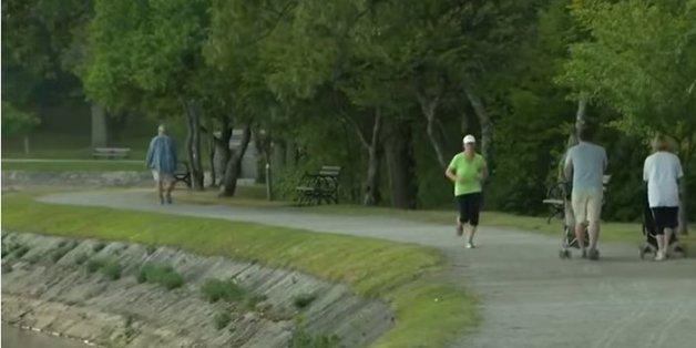 Eine Joggerin sieht einen Kinderwagen im Park - und erkennt sofort die Lebensgefahr.