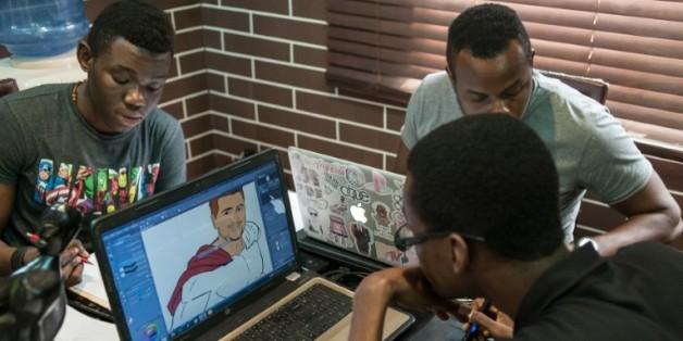 Des dessinateurs travaillent sur des projets de bandes dessinées dans les bureaux de Comic Republic, une start-up africaine s'étant donné pour mission de fabriquer des super-héros capables de rivaliser avec Iron Man, Batman et Spiderman, le 8 janvier 2016 à Lagos, au Nigeria