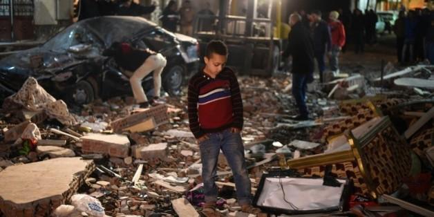 Des gens se tiennent sur les lieux d'une explosion, au Caire le 21 janvier 2016