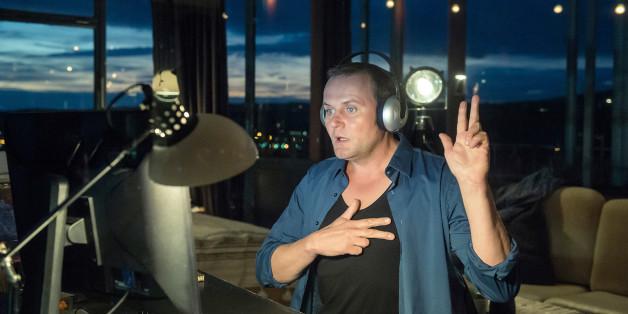 Devid Striesow alias Kriminalhauptkommissar Jens Stellbrink lernt am PC Gebärdensprache