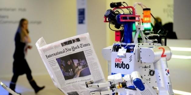 Un robot tenant un journal photographié au forum de Davos le 22 janvier 2016