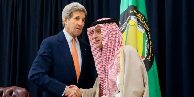 Le ministre des Affaires étrangères saoudien Adel al-Jubeir (D) et le chef de la diplomatie américaine John Kerry lors d'une conférence de presse commune, après une rencontre avec leurs homologues des six pays membres du Conseil de coopération du Golfe (CCG), le 23 janvier 2016 à Riyadh