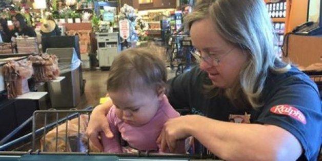 Kassiererin nähert sich quengelndem Baby - die Mutter hält mit der Kamera fest, was dann passiert