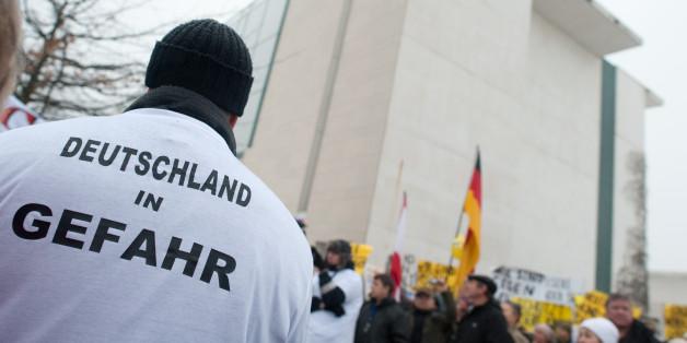Unheimliche Versammlung: Die wahre Identität der 700 Menschen vor dem Kanzleramt