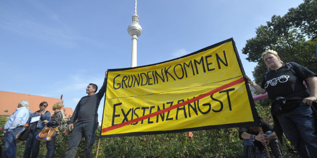 (GERMANY OUT) Demonstration für ein bedingungsloses Grundeinkommen unter dem Motto -Grundeinkommen ist ein Menschenrecht!- in Berlin  (Photo by snapshot-photography/ullstein bild via Getty Images)