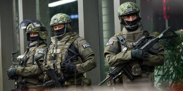 Deutsche Polizisten sichern den Münchener Hauptbahnhof nach einer Terrorwarnung
