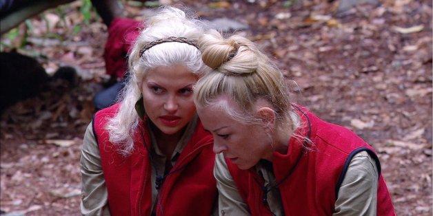 Im Camp waren die Blondinen noch Verbündete, jetzt beginnt der Läster-Krieg.