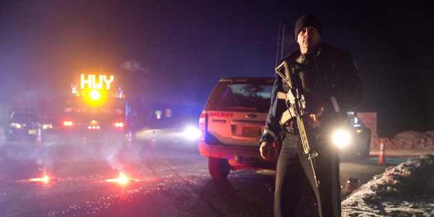 Ein Polizist sperrt den Ort des Zugriffs in Oregon ab