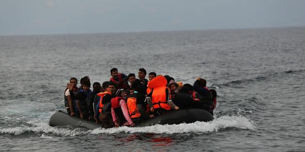 Ein Boot mit Flüchtlingen im griechischen Meer (Symbolfoto).