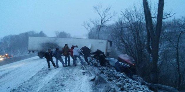 Grâce à une chaîne humaine, ce camionneur de Pennsylvanie a pu être sauvé après un accident (PHOTOS)