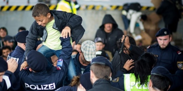 Des policiers autrichiens aident des migrants à traverser la frontière autrichienne
