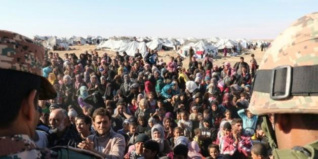Des réfugiés syriens attendent pour passer en Jordanie, au point de contrôle d'Hadalat, à l'est d'Amman, le 14 janvier 2016