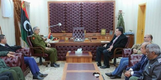 Le général Khalifa Haftar commandant des forces loyales au gouvernement et le chef du conseil présidentiel libyen reconnu par l'ONU, Fayez al-Sarraj, le 31 janvier 2016 à al-Marj