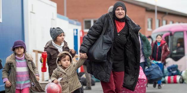 Asylbewerber warten vor dem Lageso in Berlin. 10.000 sollen nun wohl in Hotels untergebracht werden.