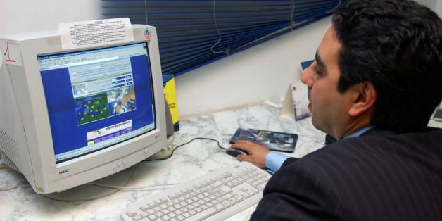Un Tunisien navigue sur le web dans un Publinet. Crédit : AP Photo/Hassene Dridi