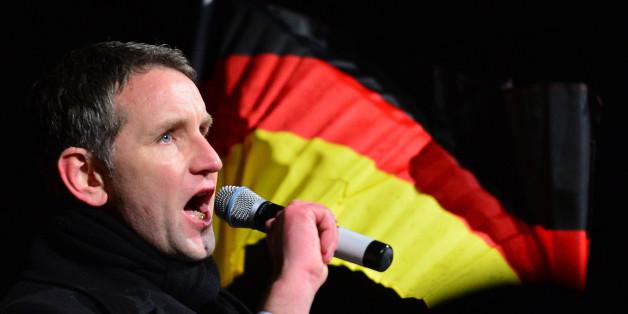 """Bizarrer Auftritt von Höcke: AfD-Mann steht """"krankhafte"""" Vaterlandsliebe"""
