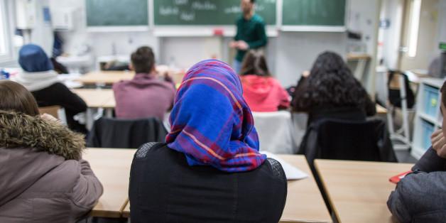 Ein Schülerin mit Kopftuch während des Unterrichts