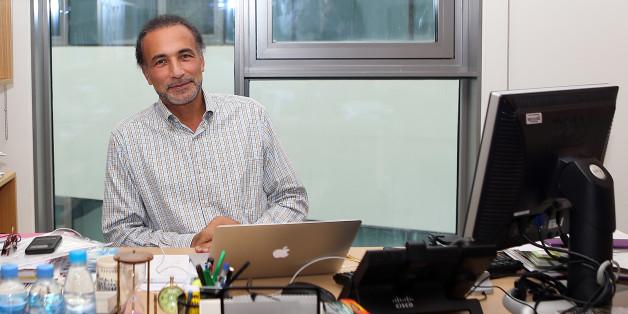 Tariq Ramadan (ici dans son bureau à Doha le 14 décembre 2015) va demander la nationalité française.