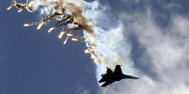 Ein russischer SU-27 Kampfjet fliegt bei einer Militärshow über Sankt Petersburg