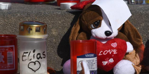 Kerzen und Stofftiere, die an den kleinen Elias erinnern sollen
