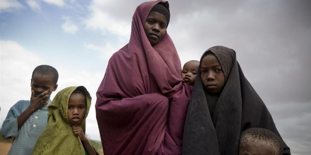 """De achtjarige Halima Osman (tweede van links) en haar familie in het Dagahaley-vluchtelingenkamp, bij de Keniaans-Somalische grens. Het kamp maakt deel uit van de Dadaab-vluchtelingenkampen, die aan de rand van de stad Daadaab in het Keniaanse district Garissa liggen.<a href=""""http://www.giro555.nl/geef-nu/"""" rel=""""nofollow"""">www.giro555.nl/geef-nu/</a>© UNICEF"""