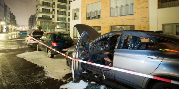 Am Park am Gleisdreieck in Berlin-Kreuzberg sind in der Nacht zum Samstag mehrere Autos in Brand gesetzt worden.
