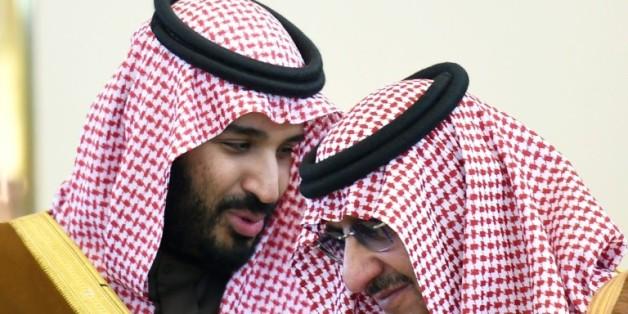 Le ministre de la Défense saoudien Mohamed bin Salman (G) discute avec le prince du royaume et ministre de l'Intérieur Mohammed bin Nayef, le 9 décembre 2015 à Ryad