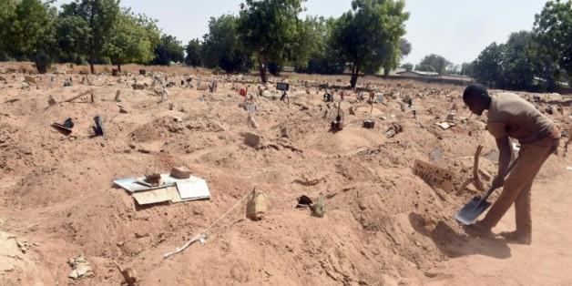 Des tombes où ont été enterrés les victimes de Boko Haram et les membres du groupe islamiste, le 2 février 2016 au cimetière de Gwange à Maiduguri, au Nigeria