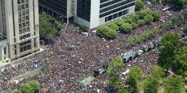 "Le ""bloco"" (défilé de rue) du Cordao da Bola Preta, dans le centre ville de Rio de Janeiro, le 6 février 2016"