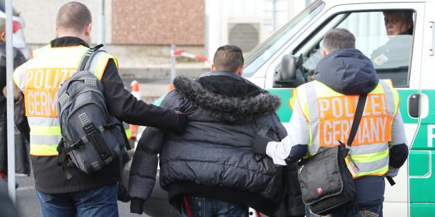 Polizisten begleiten einen straffällig gewordenen Asylbewerber am 24.11.2015 zum Flughafen Leipzig-Halle in Schkeuditz (Sachsen) zu seinem Abflug nach Belgrad (Serbien)