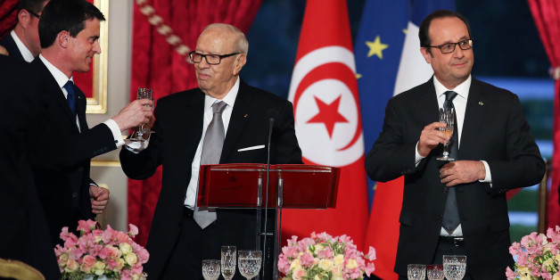 Tunisian President, Beji Caid Essebsi, center, shares a toast with French Prime Minister, Manuel Valls, left, as French President Francois Hollande, right, looks on, at the start of a dinner at the Elysee Palace in Paris, France, Tuesday April 7, 2015. Tunisian President Behi Caid Essebsi is on a two-day state visit in France. (AP Photo/Remy de la Mauviniere/Pool)