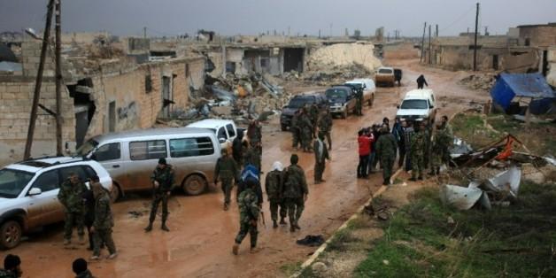 Des soldats du gouvernement syrien se rassemblent après la prise du village de Ratian, au nord de la ville assiégée d'Alep , le 6 février 2016