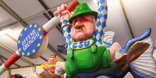 Eine Pappmaché-Figur im Düsseldorfer Karneval zeigt Seehofers Kampf gegen eine offenere Asylpolitik.