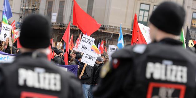 Polizisten sichern in der Münchner Innenstadt die Demonstration gegen die Sicherheitskonferenz