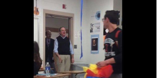 Die Schüler überraschen den Lehrer zu seinem Geburtstag. Seine Reaktion ist unbezahlbar.