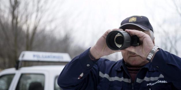 Ein Polizist am ungarischen Grenzzaun