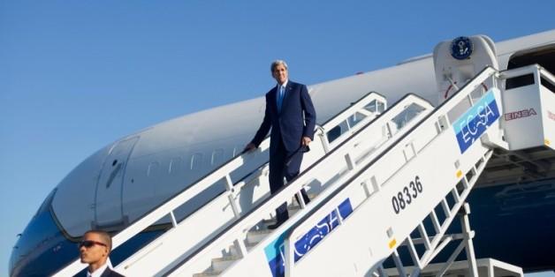 Le secrétaire d'Etat américain John Kerry arrive à l'aéroport de la Havane le 14 août 2015