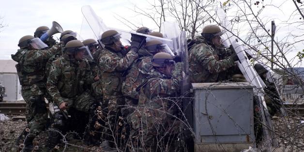 Soldaten in Mazedonien in einer Auseinandersetzung mit Flüchtlingen