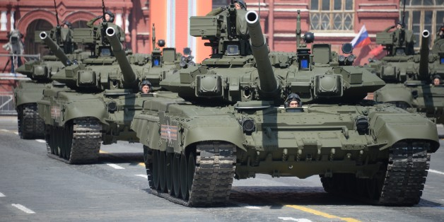 Russische T-90 Panzer bei einer Militärparade in Moskau