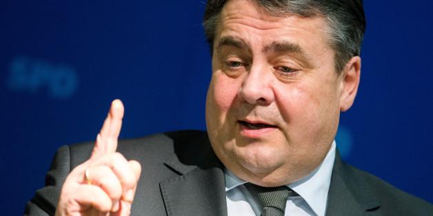 Vize-Bundeskanzler Sigmar Gabriel (SPD) spricht am 08.02.2016 in Hamburg während eines SPD-Kreisverbandstreffens