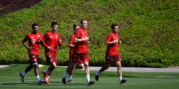 """""""FC Bayern""""-Spieler Holger Badstuber (2. von rechts) ist oft verletzt, aber vergleichsweise schnell fit. Woran liegt das?"""