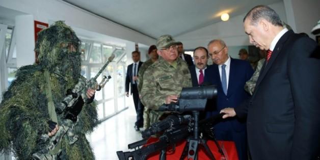 Image fournie par le service de presse présidentiel turc du président Erdogan, le 16 février 2016, lors d'une visite au siège des forces spéciales de la gendarmerie à Ankara
