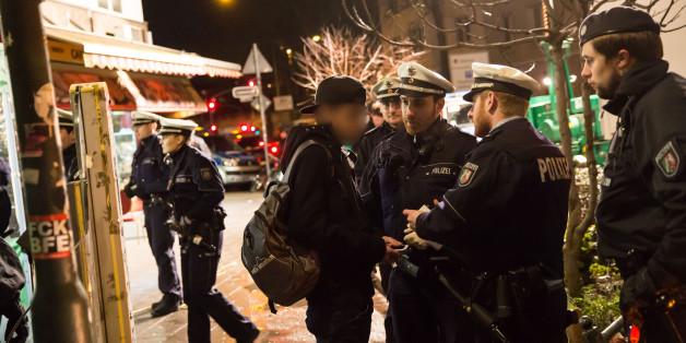 """Polizisten bei einer Razzia im """"Mahgreb-Viertel in Düsseldorf"""""""