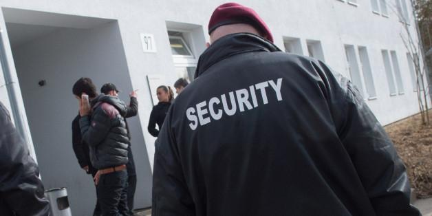 Sicherheitsdienskräfte in einer baden-württembergischen Landeserstaufnahmeeinrichtung (Archivbild)