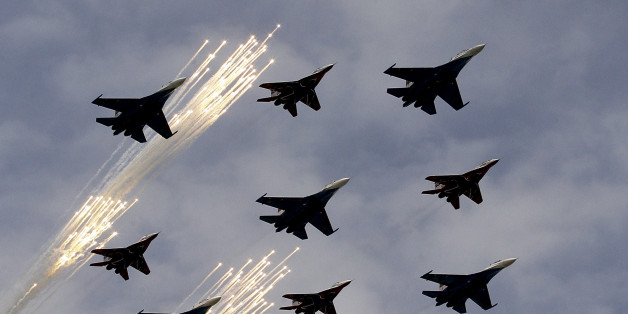 Russische Jets während einer Flugshow über dem Roten Platz in Moskau