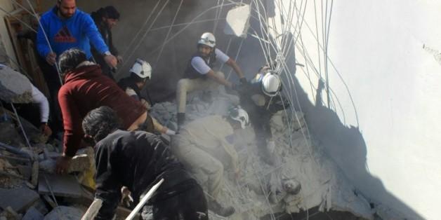 Des secouristes extraient un garçon des gravats après un raid aérien à Alep le 16 février 2016