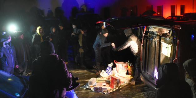 Teilnehmer der Solidaritätskundgebung in Clausnitz haben Spenden mitgebracht