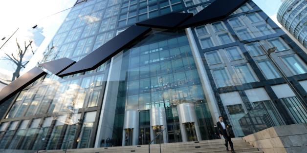 Das Firmenlogo prangt am 19.02.2014 vor dem Hauptsitz der Deutsche Börse AG in Eschborn bei Frankfurt am Main (Hessen) - einer der günstigsten Gemeinden in Deutschland